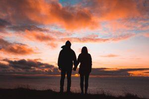שאלות זוגיות מהנות להגברת הקשר עם השותף שלך